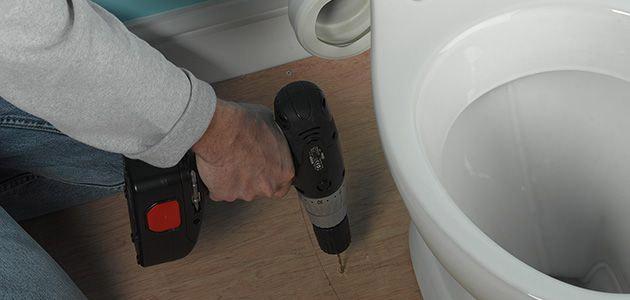 Высверливание отверстий, предназначенных для крепления корпуса унитаза