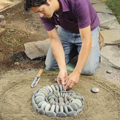 Как сделать мозаику гальки в саду