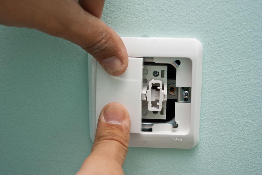 Устанавливаем кнопки выключателя