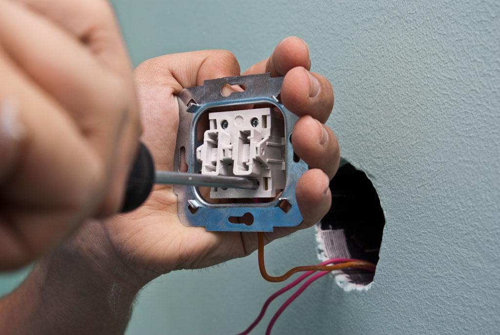 Прикручиваем провода к выключателю 2