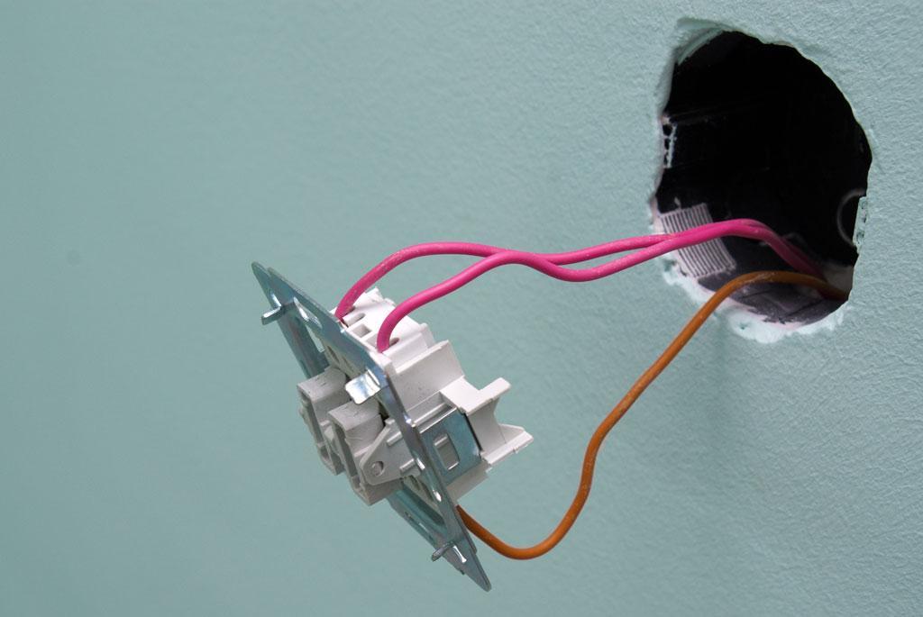 Провода прикручены к выключателю