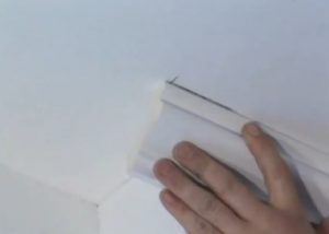 Установка потолочного бордюра