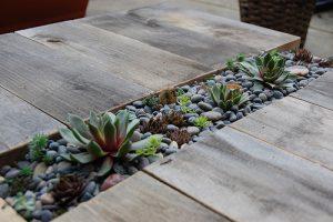 Столик с цветами