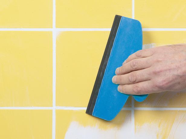 Как удалить сломанную настенную плитку и наклеить новую