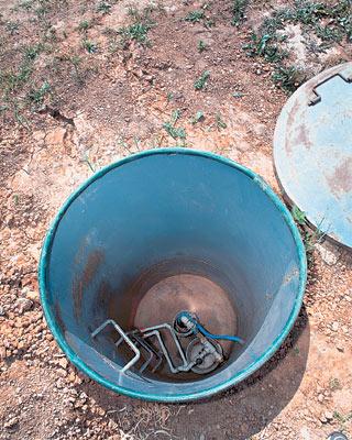 Кессон напоминает стальную бочку, зарытую в землю, со съемной крышкой