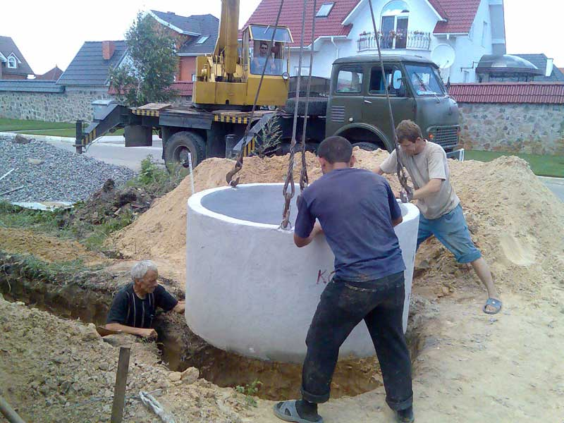 Выгребная яма из бетонных колец — наиболее популярный вариант среди частников