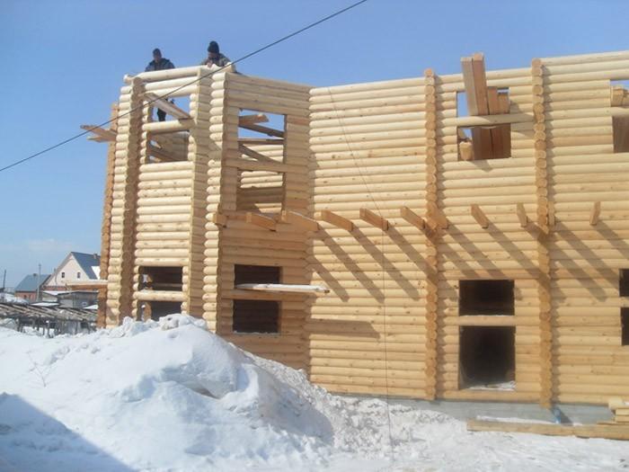 Строительство дома из дерева зимой.