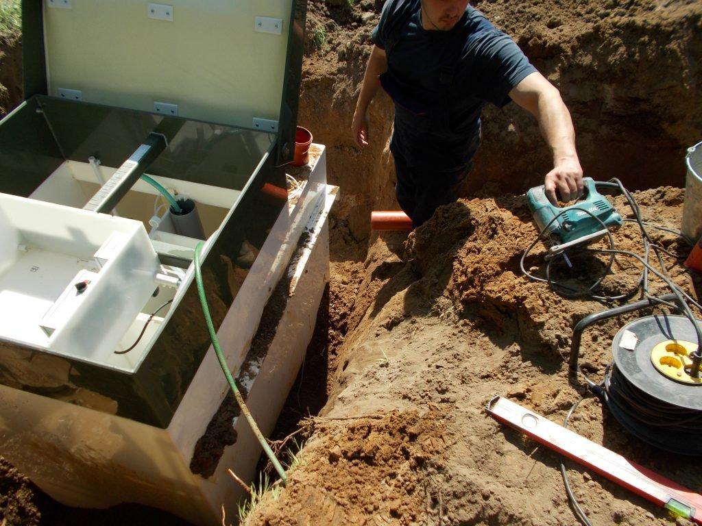 Вырезаем отверстие для канализационной трубы