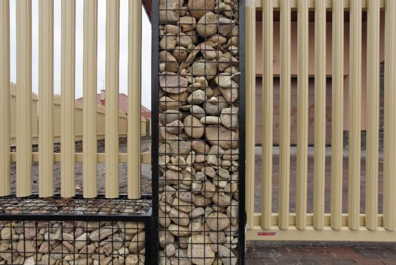 Забор из пергонов и деревянного штакетника
