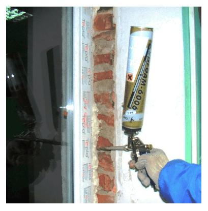 Заполнение строительной пеной пространства между рамой и оконным проемом.