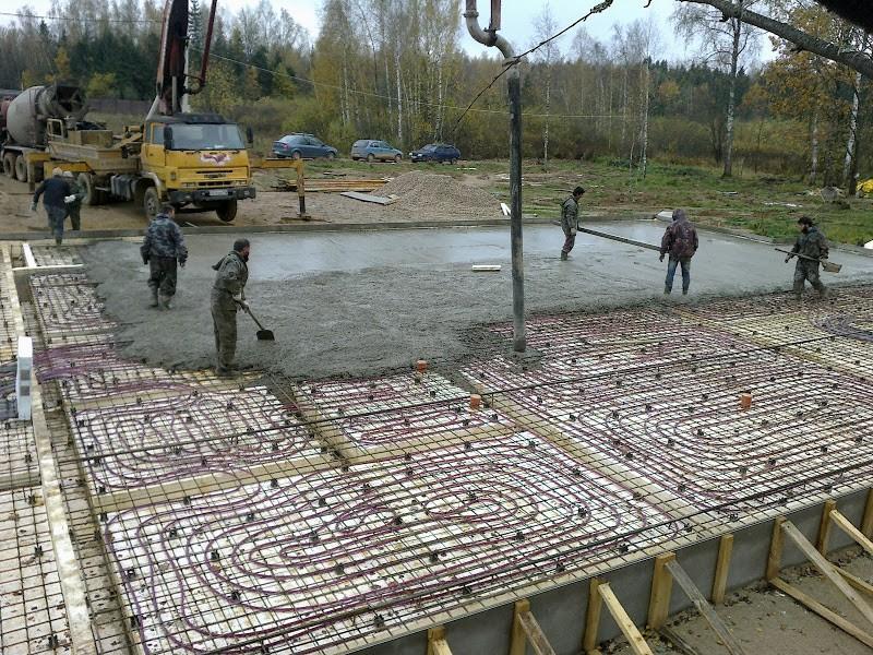 Фундамент заливается бетоном