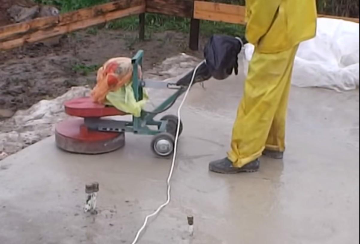 Фундамент заливается бетоном УШП