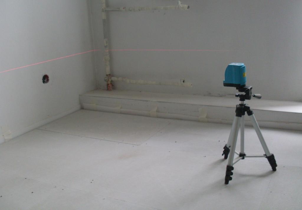 Используя нивелир (лазерный или водяной) фото