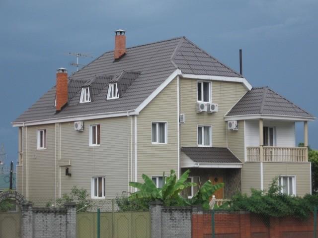 Полувальмовая крыша дома фото