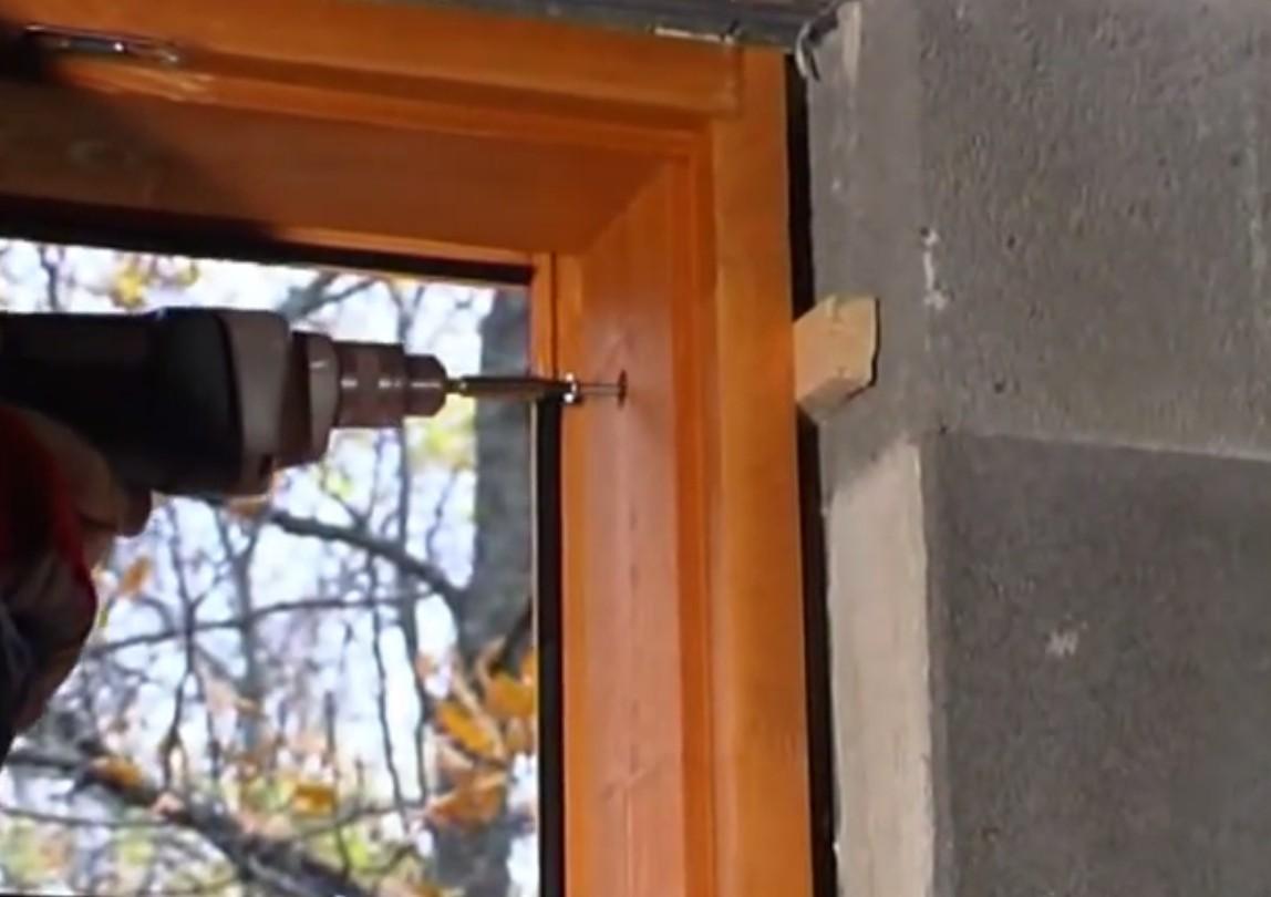 Сквозное крепление деревянного окна