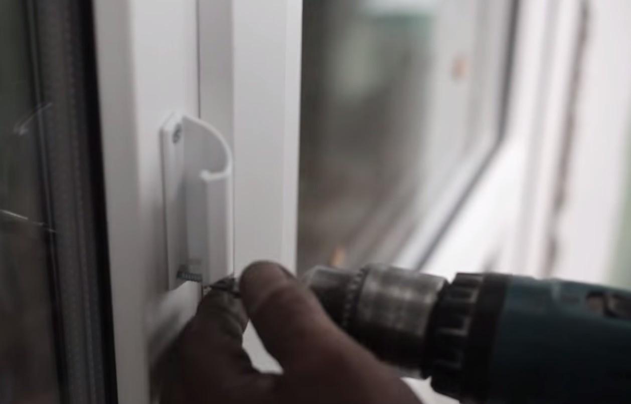 заполнять дверь монтажной пеной