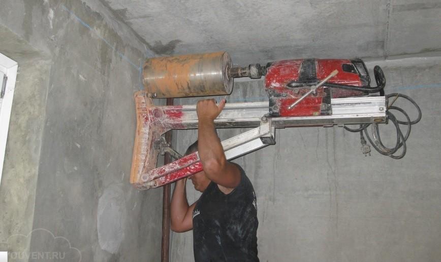 Алмазное бурение бетонной стены фото