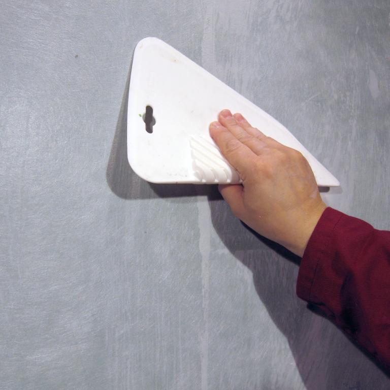 Клей наносится на поверхность стены/потолка фото