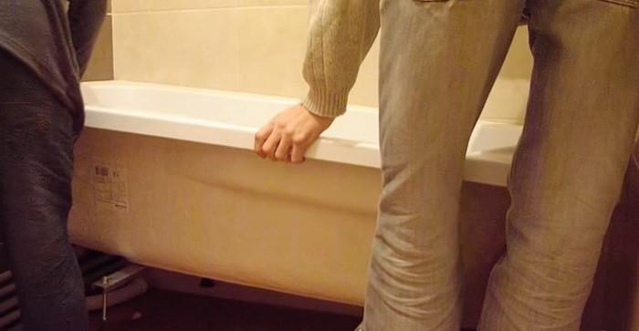 Установка и выравнивание ванны по уровню