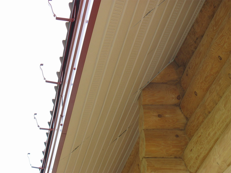 Свес крыши обшит по стропилам