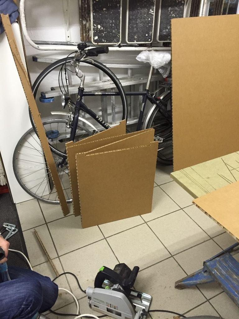 велосипед и сложенный картон