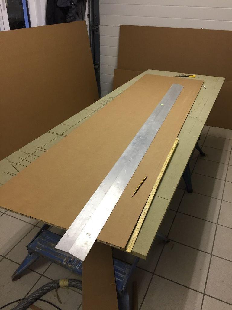 столярный стол, правило и картон