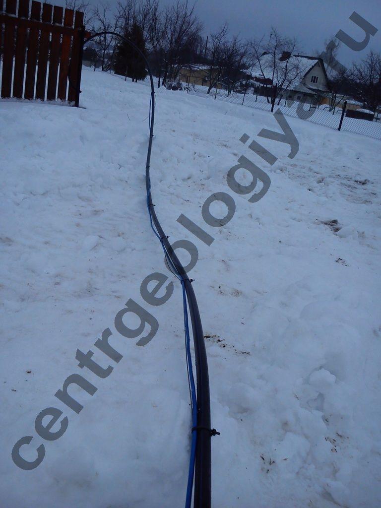 Расправляем кабель и трос насоса