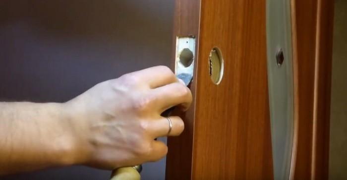Монтаж замка в дверь