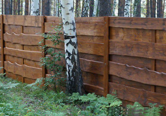 красивый забор из необрезной доски