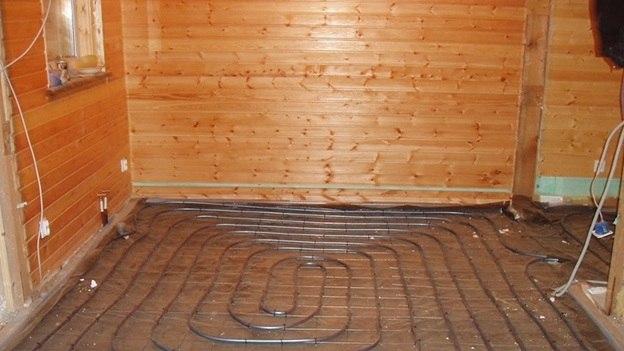 Водяной трубопровод на деревянном полу