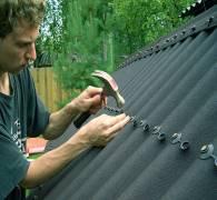 Как правильно уложить ондулин на крышу без помощника