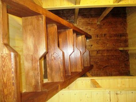 деревянная лестница в погребе