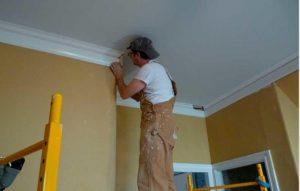 Установка потолочного плинтуса своими руками: видео и фото