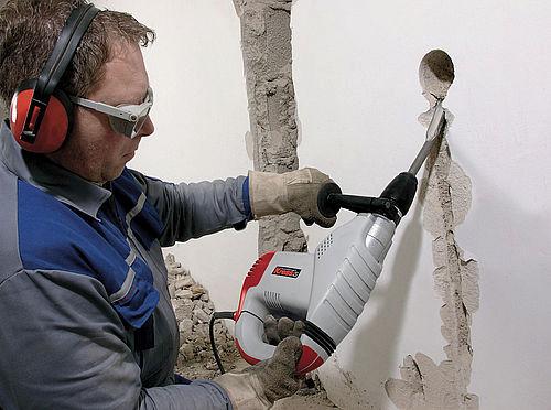 Снос стены с помощью отбойного молотка