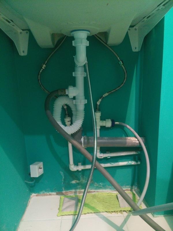 Правильная подвеска раковины над стиральными машинами