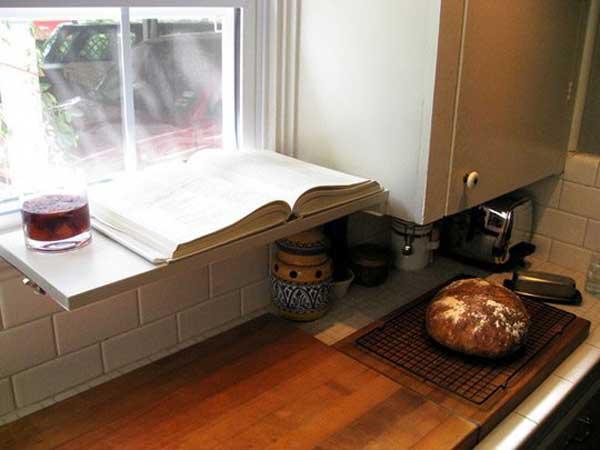 Как увеличить имеющееся пространство кухни для вещей: полочка для кулинарной книги