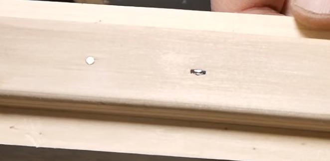 Забитые гвозди заметны на поверхности деталей