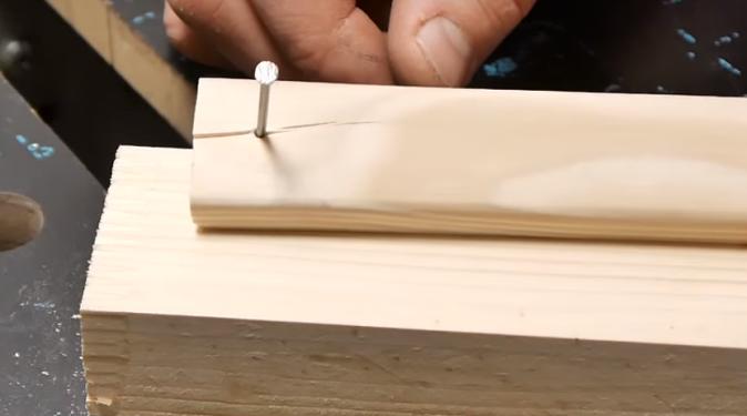 Гвоздь, расщепавший деревянную деталь