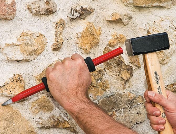 каменщик с зубилом