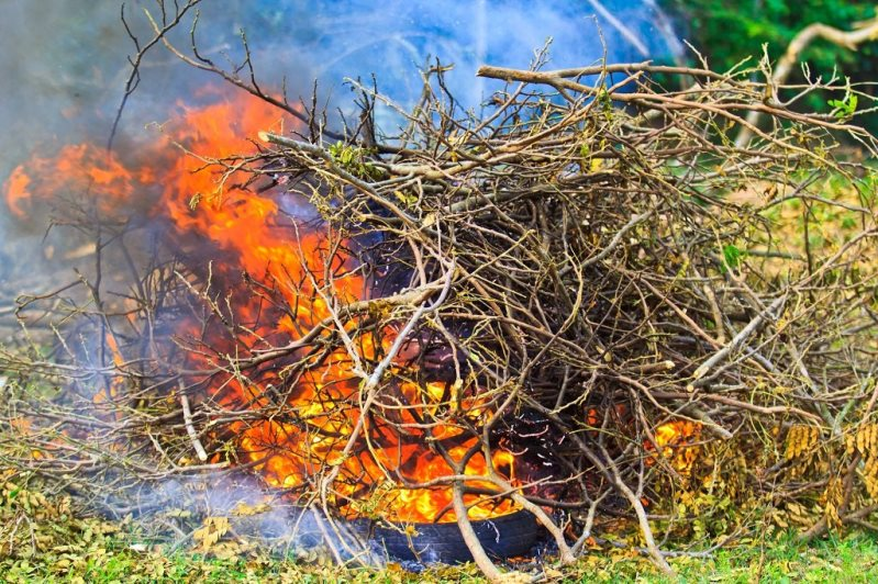 как сжигать мусор на даче