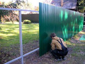 Какой крепеж лучше для установки листов профнастила в заборе