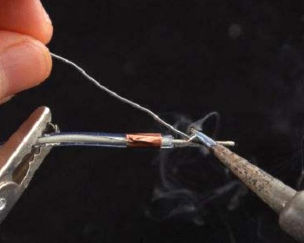 Процесс пайки проводов