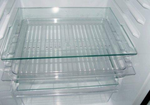 Холодильник с полками из стекла
