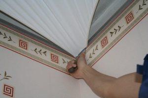 Что сначала: клеим обои или натягиваем потолок?