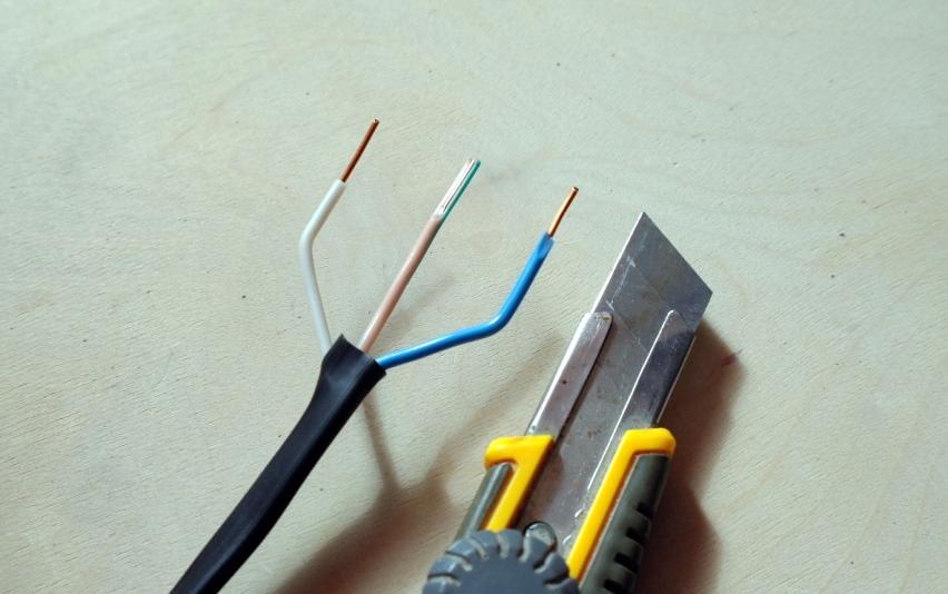 Зачистка проводов с помощью канцелярского ножа