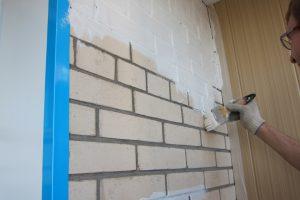 Покраска кирпичной стены балкона: как это делается
