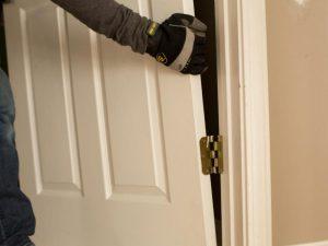 Как отремонтировать дверь своими руками