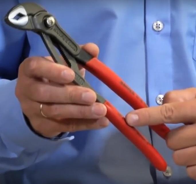 Ключ с ручками, выполненными погружным методом