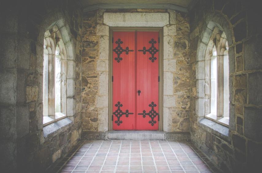 Что собой представляют тамбурные двери в многоквартирном доме