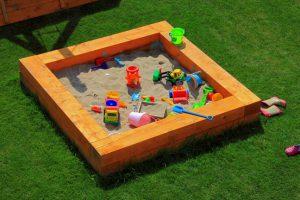 Детская песочница для дачи: порядок возведения и несколько полезных идей